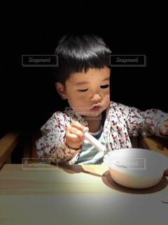 食事のテーブルに座って若い男の子の写真・画像素材[1229541]