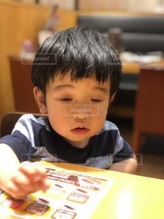 テーブルに座って男の子の写真・画像素材[1229542]