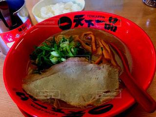 板の上に食べ物のボウルの写真・画像素材[1230082]