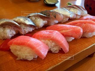 木製テーブルの上寿司の写真・画像素材[1230085]