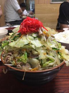 テーブルの上に食べ物のボウルの写真・画像素材[1231045]