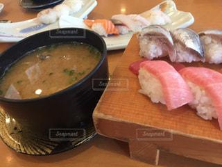テーブルの上に食べ物のボウルの写真・画像素材[1236497]
