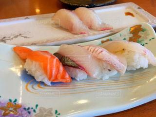 テーブルの上に食べ物のプレートの写真・画像素材[1236501]
