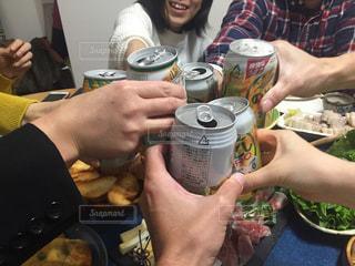 食べ物や飲み物とテーブルに座っている人々 のグループの写真・画像素材[1629006]