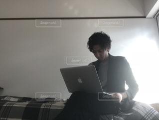 ノート パソコンを使用している人の写真・画像素材[1230313]