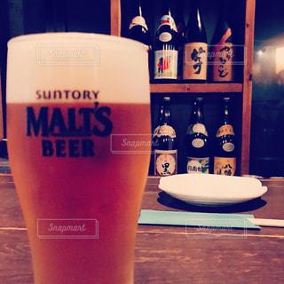 クローズ アップ ボトルとテーブルの上のビールのグラスの写真・画像素材[1234472]