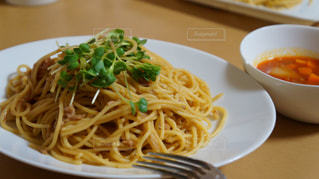 パスタと野菜をトッピング白プレートの写真・画像素材[1244595]