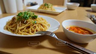 テーブルの上の皿の上のパスタ - No.1244596
