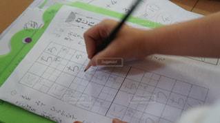 まだまだ慣れない宿題の写真・画像素材[1251768]