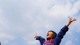 曇りの日に空気を通って飛んで人の写真・画像素材[1258266]