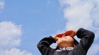 空を見上げる女の子の写真・画像素材[1258267]