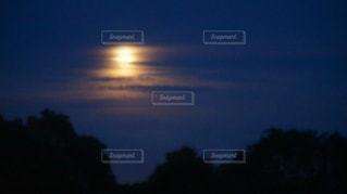 近くに空には雲の上の写真・画像素材[1361686]