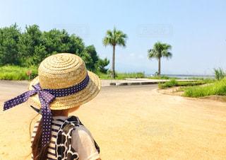 海岸沿いに立つ女の子の写真・画像素材[1375338]