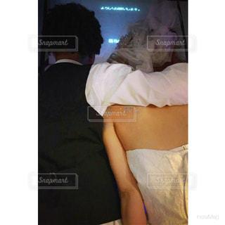 サプライズDVDに感動する夫婦 - No.1236804