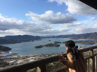 展望台から瀬戸内海を眺める人の写真・画像素材[1230632]