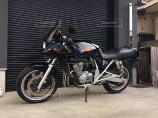 ガレージと黒いバイクの写真・画像素材[1231321]