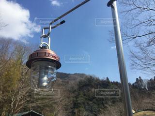 近くに街灯柱のアップの写真・画像素材[1232459]