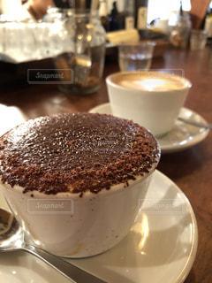 近くに皿の上のケーキのアップの写真・画像素材[1232376]