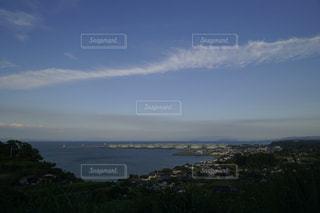 近くの海岸近くの丘の中腹のアップの写真・画像素材[1255891]