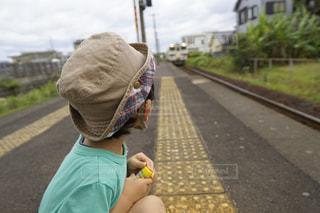 歩道の上に座って小さな子供の写真・画像素材[1255892]