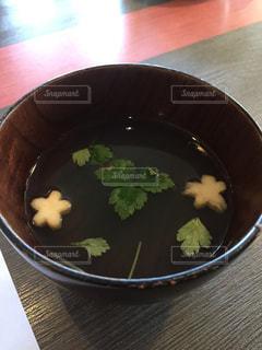桜型のお麩と三つ葉のお吸い物の写真・画像素材[1236864]