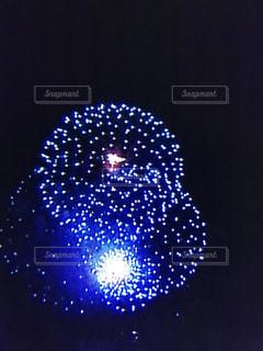 暗闇の中で光る花火の写真・画像素材[1233081]