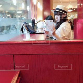 レストランの台所のテーブルに座っている人の写真・画像素材[1252364]