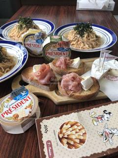 テーブルの上に食べ物の写真・画像素材[1258772]
