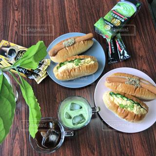 ピクニック用のテーブルの上に食べ物のプレートの写真・画像素材[1295033]