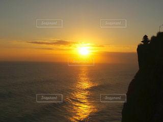 水の体に沈む夕陽の写真・画像素材[1235466]