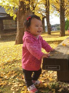 ピクニック用のテーブルに座っている少女の写真・画像素材[1239055]