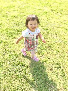 公園で元気に走りまわる女の子の写真・画像素材[1239255]
