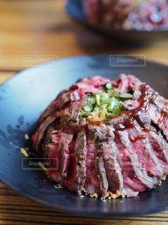 テーブルの上に食べ物のプレートの写真・画像素材[1242571]