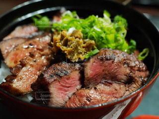 皿の上に肉と野菜を入れたボウルの写真・画像素材[3581294]