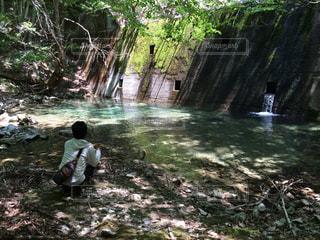 滝の隣に立っている人のグループの写真・画像素材[1235214]