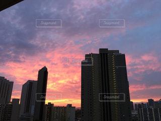 街に沈む夕日の写真・画像素材[1325305]