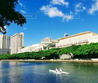 ハワイ ホノルル アラワイ運河とカヌーの写真・画像素材[1662009]