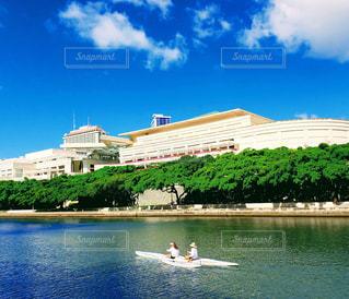 ハワイ ホノルル アラワイ運河とカヌーの風景の写真・画像素材[1662010]