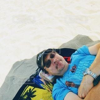 アラモアナビーチでお昼寝の写真・画像素材[3123190]