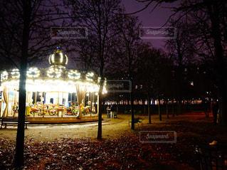 夜のライトアップされた街の写真・画像素材[1236217]