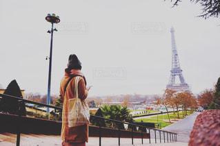 フェンスの前に立っている人の写真・画像素材[1275969]