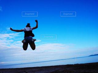 空高くジャンプの写真・画像素材[1325434]