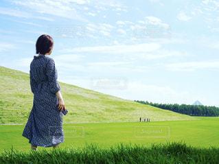 草原に立っている人の写真・画像素材[2446339]