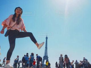 エッフェル塔を踏み倒そうとしてる人の写真・画像素材[1236059]