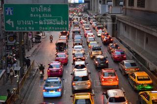 車の通り都市の運転が大量のトラフィックでいっぱいの写真・画像素材[1881847]