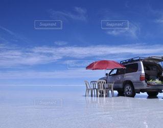 近くのビーチに傘のアップの写真・画像素材[1236526]
