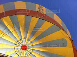近くに黄色い傘のアップの写真・画像素材[1236582]
