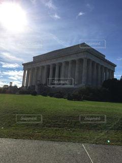 オークランド戦争記念博物館とバック グラウンドでの芝生のフィールドを持つ大きな建物の写真・画像素材[1237063]