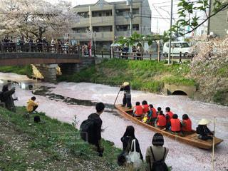 川沿いに座っている人々 のグループの写真・画像素材[1236492]