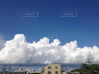 真っ青な空に広がる真夏の雲の写真・画像素材[1360469]